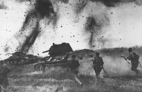 battle_kursk_t-34s and infantry