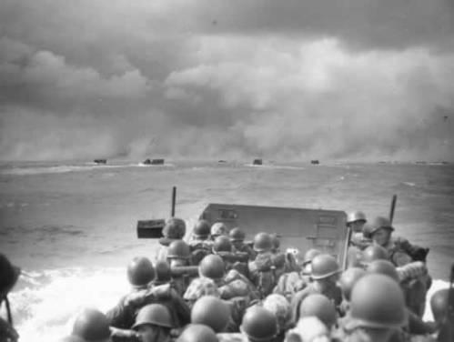 Les péniches de débarquement Normandie vs le Pacifique Landing-craft-going-to-beach