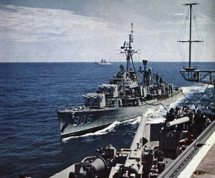 USS_Higbee_(DDR-806)_being_refueled_in_1960