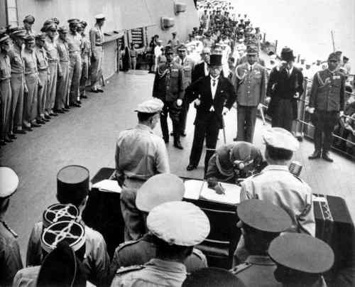 EVN-385_Japanese-surrender-aboard-USS-Missouri_1945