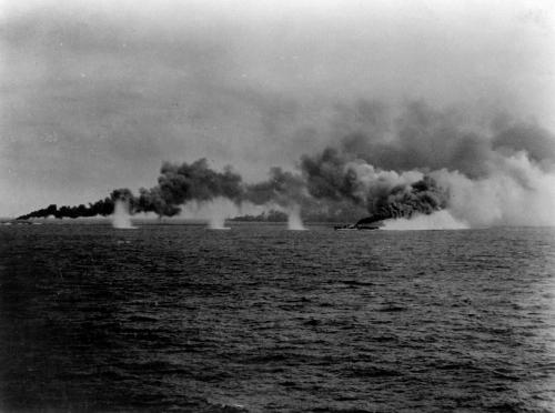 Destroyers_laying_smoke_screen_during_Battle_of_Samar_1944