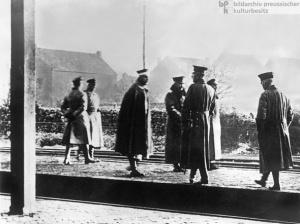 Wilhelm II. (4.v.l.) geht am Tag der Unterzeichnung seiner Abdankung über die Grenze in das holländische Exil