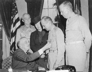 President-Franklin-Delano-Roosevelt-pins-the-Congressional-Medal-of-Honor-on-Brig.-Gen.-James-Doolittle.