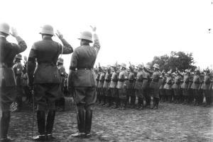 Die feierliche Vereidigung der Reichswehr auf den neuen Reichspräsidenten Adolf Hitler auf dem Kasernenhof der Wachtruppe in Berlin 1934 Offiziere und Mannschaften leisten den feierlichen Eid durcherheben der rechten Hand. Die Reichswehr trägt Trauerflor für den verstorbenen Reichspräsidenten.